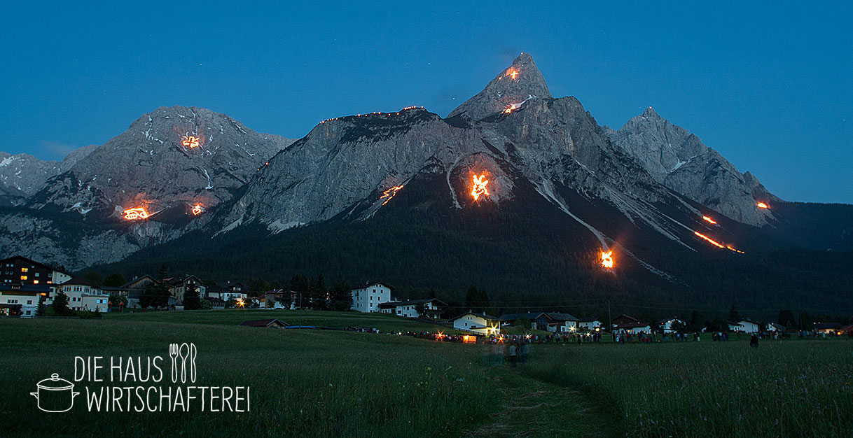 Bergfeuer zu Johanni im benachbarten Tirol (Ehrwald)